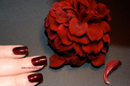 Swatch minuit Diorific gros plan sur les flakies rouges en lumière artificielle (indoors)