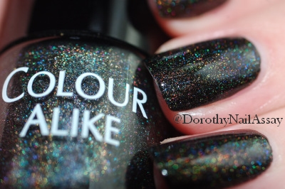 gros plan Colour Alike Black Saint swatch black holographic nail polish, artificial lightening