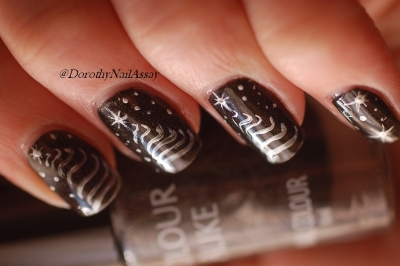 Nail art Christmas Tree  with Black saint Colour Alike (2coats) and acrylique painting, sunlight.