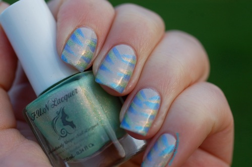 Version Froid: FUN lacquer (bleu=Icy snow et vert= pink tulips) et LynBdesign  (Blanc holo- defender of the down trodden) pour un Avis de vents froids! Natural sunlight , ootdoors.