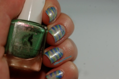Version Froid: FUN lacquer (bleu=Icy snow et vert= pink tulips) et LynBdesign  (Blanc holo- defender of the down trodden) pour un Avis de vents froids! Artificial lightening , indoors.