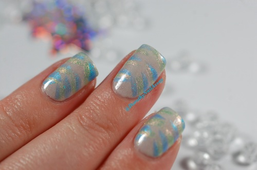 Version Chaud: FUN lacquer (bleu=Icy snow et vert= pink tulips) et LynBdesign  (Blanc holo- defender of the down trodden) pour un Avis de vents froids! Artificial lightening , indoors.