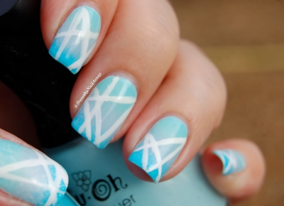 Nail art gradient blue et geometric avec NFU oh & Sèche, outdoor, natural  lightening.