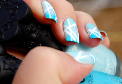 Nail art gradient blue et geometric avec NFU oh & Sèche, outdoor, natural lightening.