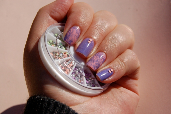 Saran wrap nail art , Color Club East Austin et MOD lacquer Dream land, Studs pastel from Née Jolie.