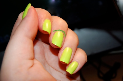 Swatch  floss gloss con limon, neon green wow, artificial lightening, indoors .