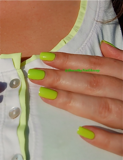 Swatch  floss gloss con limon, neon green wow, sunlight outdoors .