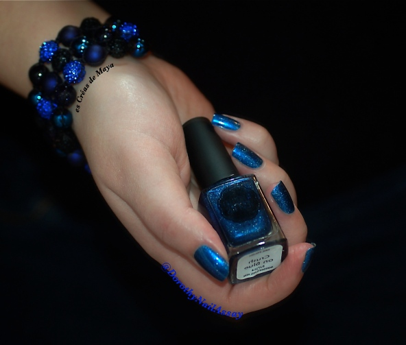 Swatch Il Etait Un Vernis Crush on blue ( 2 coats + top coat), artificial light. +bracelet from Les Créas de Maya.