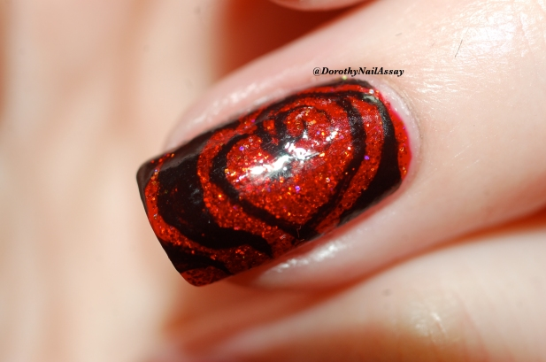 Nail art tribal hearts on Esmaltes da kelly Snow White, artificial light.