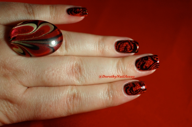 Nail art tribal hearts on Esmaltes da kelly Snow White, artificial light. + ring from Les Creas de Maya.