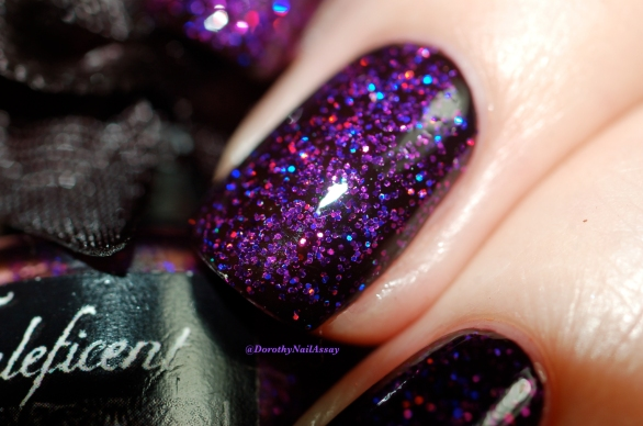 Close up: Esmaltes Da Kelly Maleficient , 2 coats over black base + 2 coats of top coat. Artificial light.