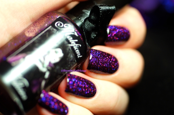 Esmaltes Da Kelly Maleficient , 2 coats over black base + 2 coats of top coat. Artificial light.