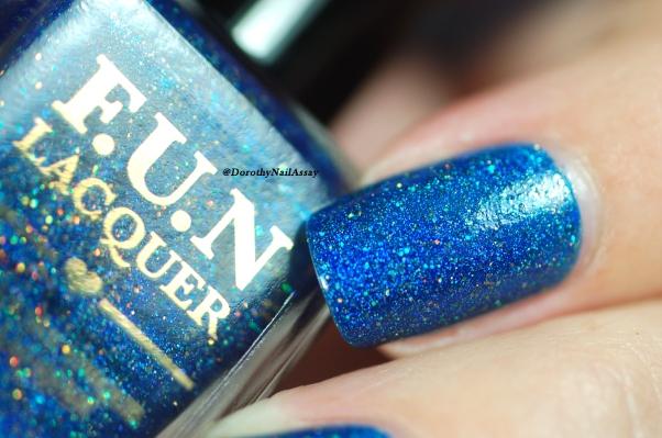 FUN lacquer blue tears lumière naturelle macro