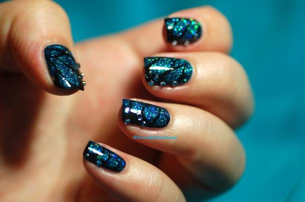 Nailstorming , L'effet papillon en nail art u pinceau et à la peinture acrylique noire.