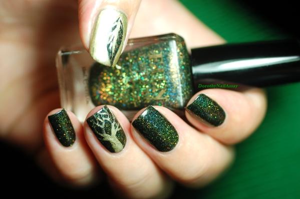 Nail art fait au pinceau et au vernis doré Moyra mon préféré.