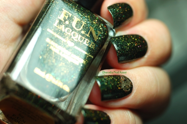 Green foliage Fun lacquer swatch with the beautiful nail jewel gift from Praline et compagnie.
