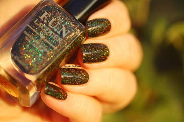 Swatch Green FUN lacquer Foliage in the sunset light.