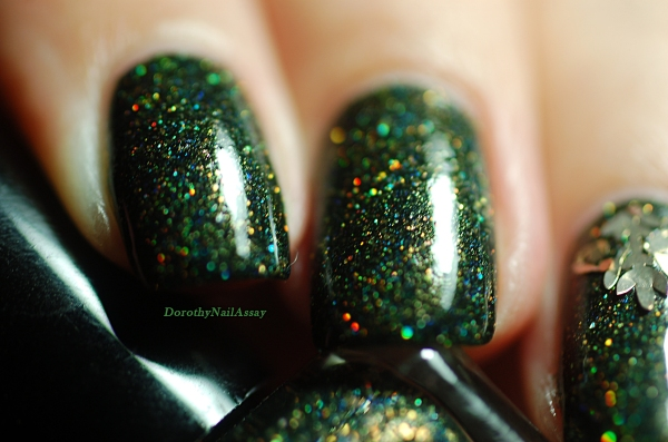 Gros plan de Green foliage Fun lacquer 2 couches+ top coat. Natural sunlight.