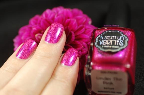 Il Etait Un Vernis Under the Pink swatch en lumière artificielle avec le joli dahlia du jardin