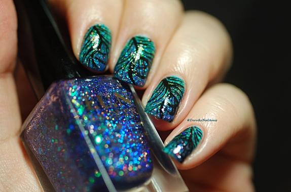 nail art plume de paon en lumière naturelle