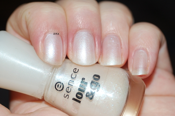 essence 102 sparkling water lily + flash