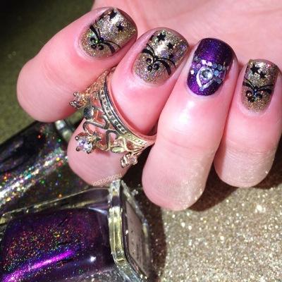 Le nail art d'Instachousur Ig aka geraldine et ses petites couronnes sur paillettes avec le splus enchanté des vernis Dom pour le doré et ILNP pour le violet! Mais quelle est cette bague couronne magnifique?!!