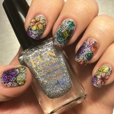 Laurine aka et son deuxième nail art un jardin de fleur sur mon 24 K chéri!