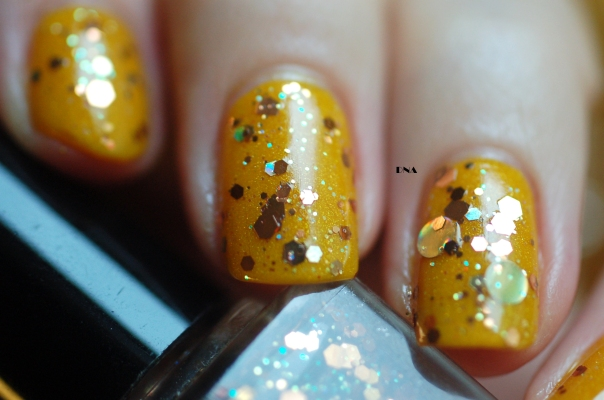 zoom Emily de Molly Hardware over Il Etait Un Vernis Hello Sunshine natural light