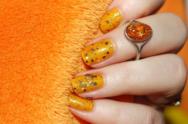 amber nail art with Il Etait Un Vernis # Hello Sunshine & Emily de Molly artificial light