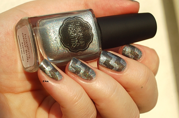 geometric nail art with greys from Il Etait Un Vernis in the sun