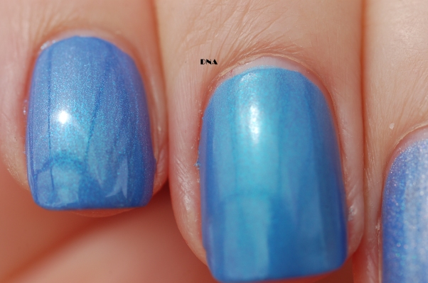 comparaison first finger: lm cosmetic bleu azur N°7 + essence Over the rainbow middle finger: EP february2016