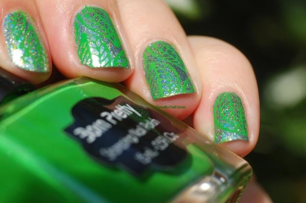 Stamping avec le vernis vert special stamping de Née Jolie
