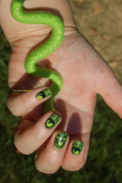 nail art serpent (on dirait que le serpent commence à mon majeur et se termine à mon poignet non???