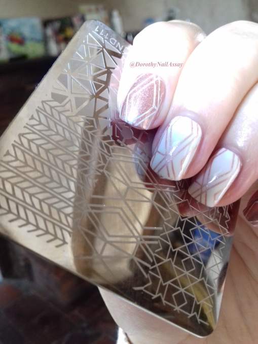 géometric nail art nicole diary's stamping with Good as gold Il Etait UN Vernis